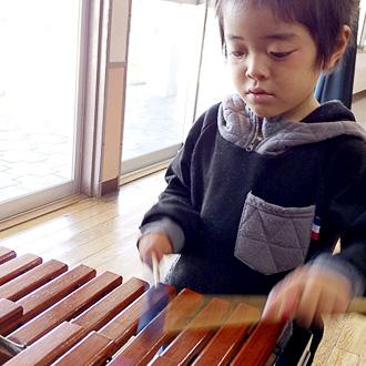 マリンバを演奏する男の子